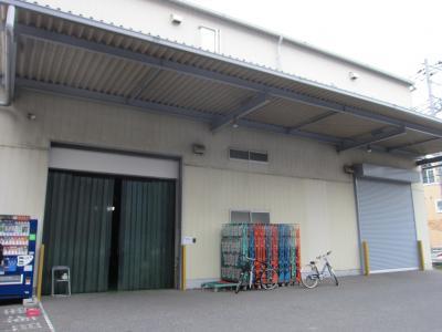全景です。左側が商品入庫、右側がお客様向け出庫窓口です。